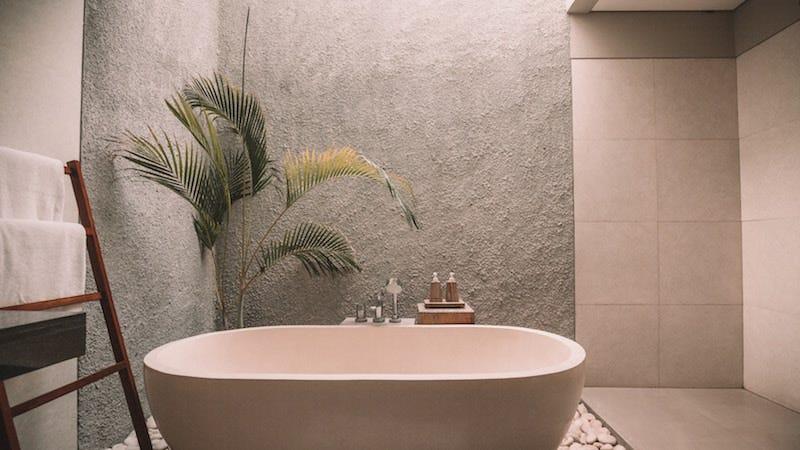 Bañarte en agua caliente con una temperatura de entre 40 y 43 grados antes de dormir te ayudará a quedarte dormido más rápido y obtener un mejor sueño.