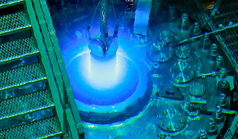 Las impresionantes imágenes de cómo se recarga un reactor nuclear experimental