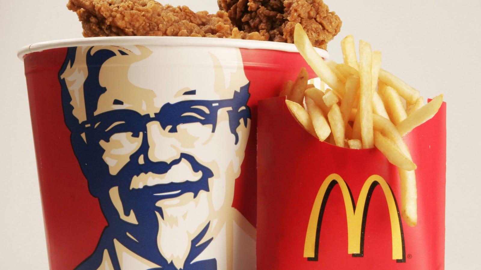 La verdadera historia del hombre que siempre viste mientras comías pollo frito: el Coronel Sanders