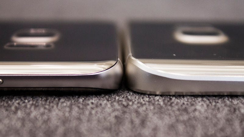 El Note 7 (a la izquierda), comparado con el Note 5 del año pasado. El frontal y la trasera mantienen una curva idéntica