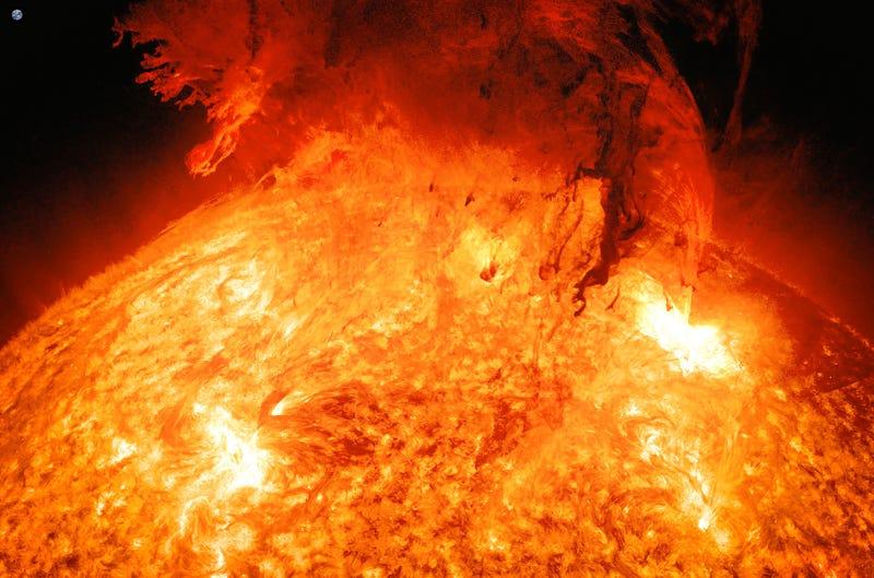 Illustration for article titled Cuando encuentres la Tierra en esta imagen de una erupción solar te sentirás muy pequeño