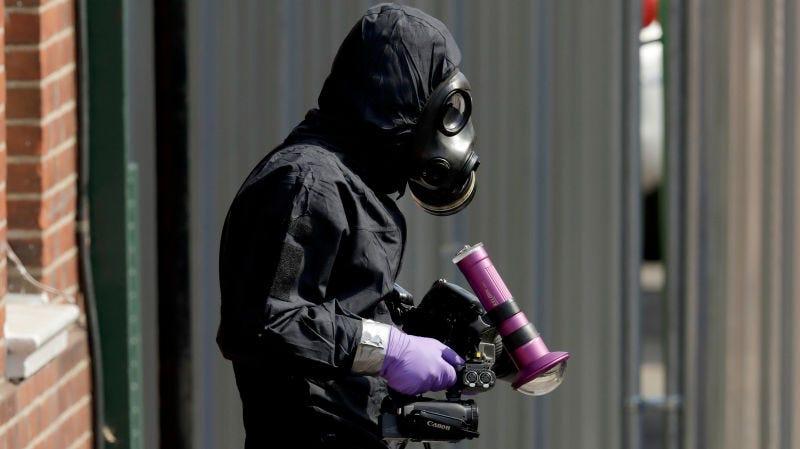 Un investigador británico trabajando en Salisbury el pasado 6 de julio.