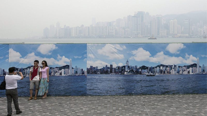 Illustration for article titled Crap Air Makes for Fake Tourist Photos in Hong Kong