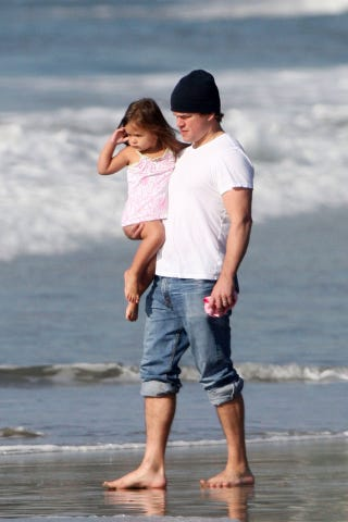 Illustration for article titled Ovary Alert: Matt Damon Is Barefoot On A Beach With His Adorable Daughter