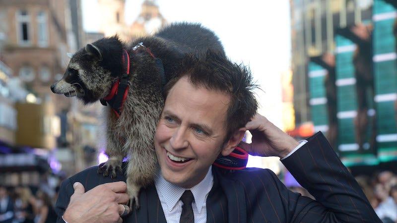El director de las primeras dos películas de Guardianes de la Galaxia, James Gunn, con el mapache Oreo.