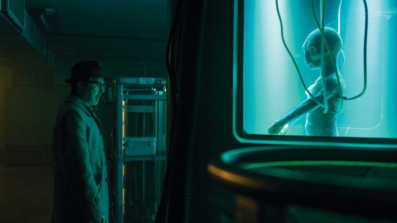 Aidan Gillen, alien