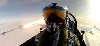 Illustration for article titled This pilot firing a missile is the coolest selfie ever, not the Oscars'