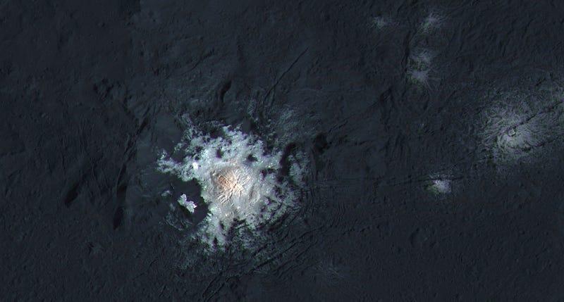 Illustration for article titled Una foto a sólo 385km revela por fin la naturaleza de las misteriosas manchas de Ceres