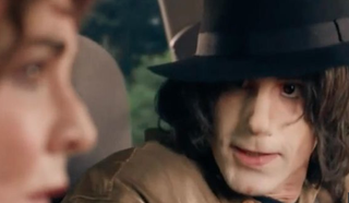 Joseph Fiennes as Michael Jackson in the now canceled episode of Urban Myths (YouTube screenshot)