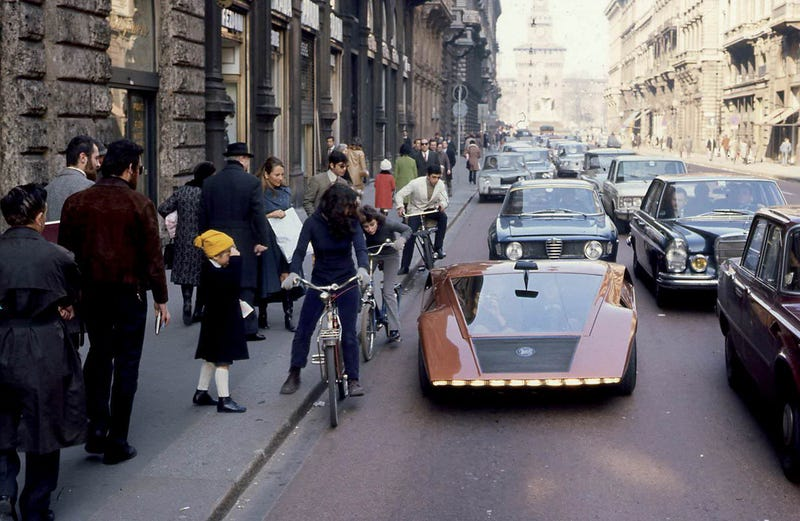 Illustration for article titled People in awe of the Lancia Stratos Zero on the streets of Italy