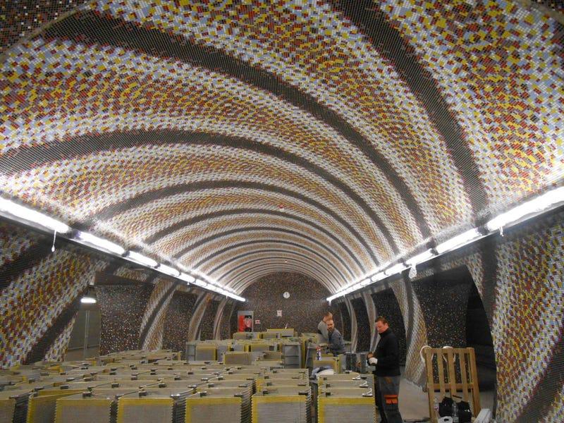 Illustration for article titled A drog rossz: összevesztek a művészek a 4-es metró LSD-s hangulatú állomása miatt