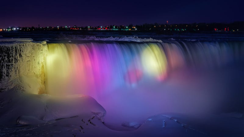 Illustration for article titled A frozen Niagara Falls light show looks like a magical wonderland