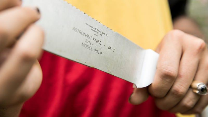 La réplica del machete que llevaron los astronautas de Apollo 11.