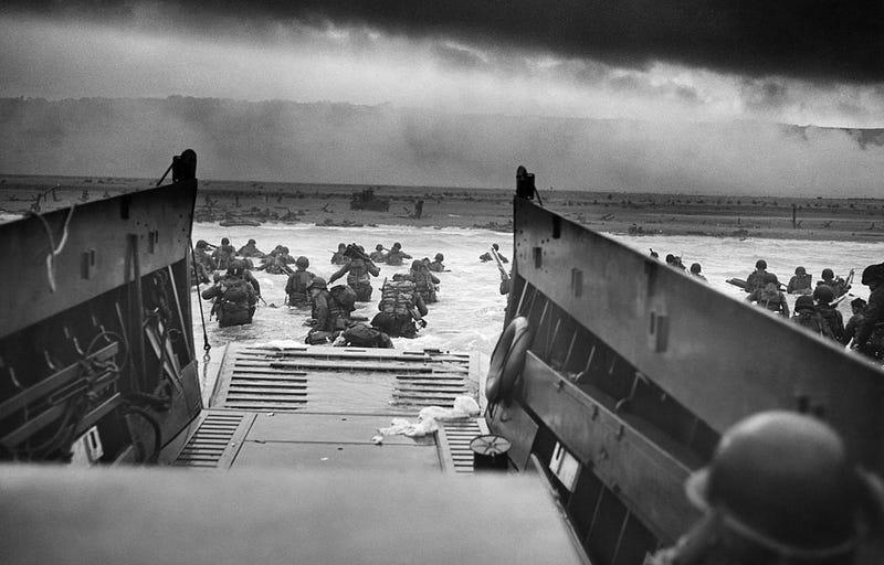 En el desembarco de Normandía hubo muchos héroes, pero solo uno se paseó tocando la gaita