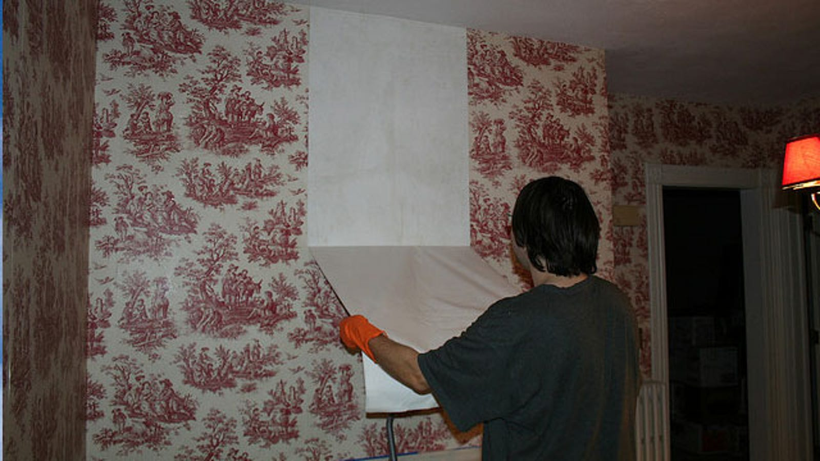 How to tear off the wallpaper