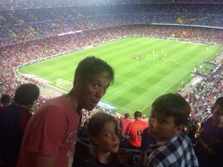 Illustration for article titled Két gyerekkel és egy nővel a Camp Nou poklában