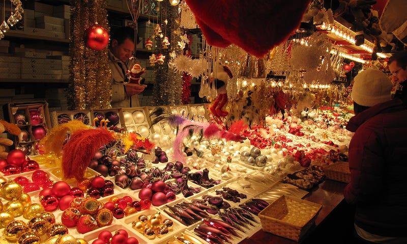 Illustration for article titled Tradición contra coste. Así se hacen los adornos que decoran tu árbol de navidad
