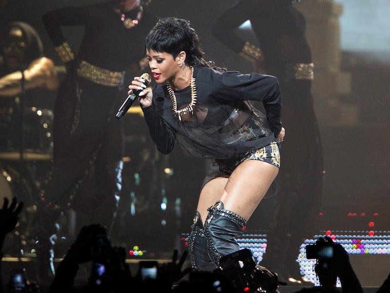 Illustration for article titled Amerre Rihanna lép, ott lecsuknak valakit