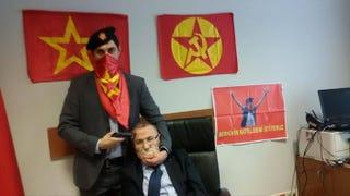 Illustration for article titled Ez nem színdarab, ez éppen most történik Isztambulban