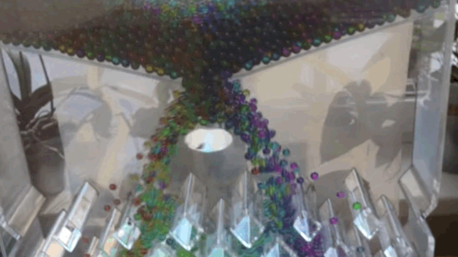 Cuál es el truco detrás de esta máquina viral que ordena bolitas de colores como por arte de magia