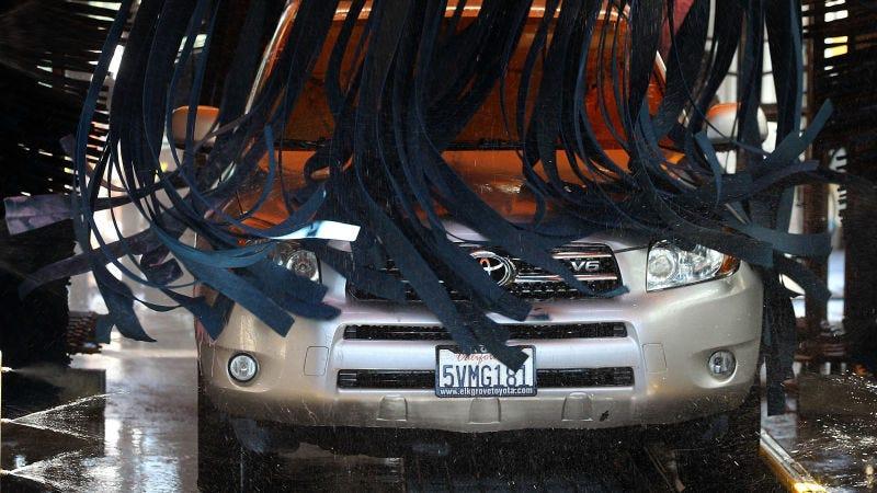 Illustration for article titled La sorprendente razón por la que nunca deberías meter tu coche en un túnel de lavado, según un experto en pintura