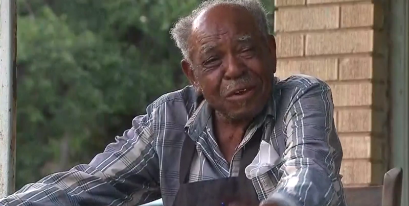 95-year-old man gifted new air conditioner by Texas police officers