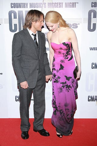 Illustration for article titled Nicole Kidman Bends Down To Hear Hubby Keith Urban, Likes What He Says