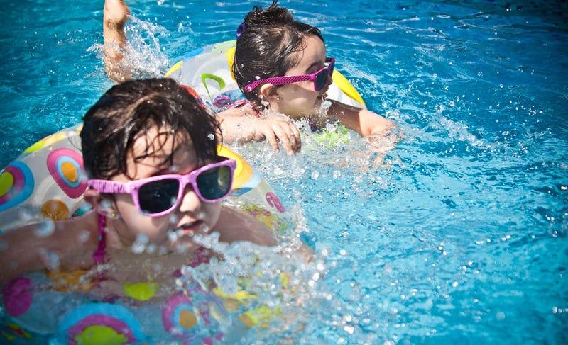 Illustration for article titled Socorristas alemanes culpan a la adicción al móvil del inusitado aumento de niños ahogados en piscinas