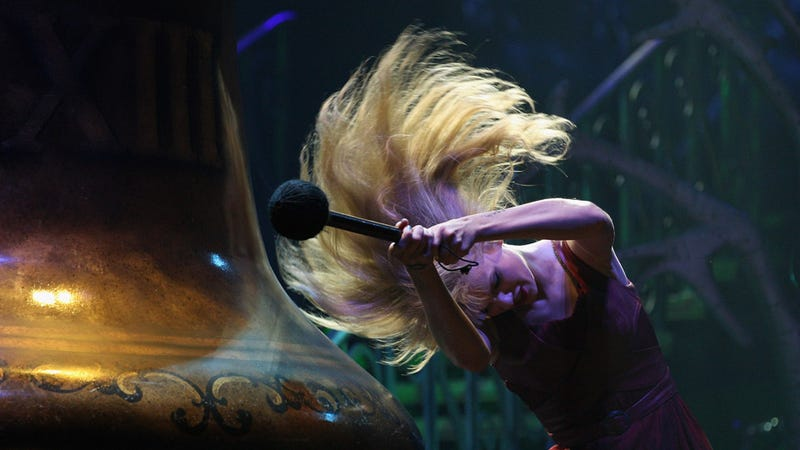Illustration for article titled Taylor Swift Takes Hair Whipping to a New Level