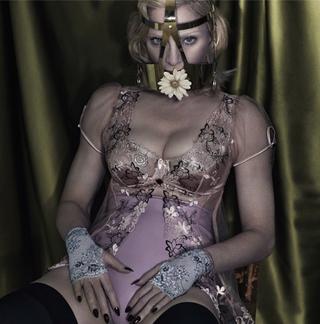 Illustration for article titled Madonna szívét összetörték, ezért összetört egy iPodot