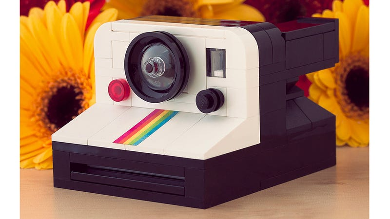 Illustration for article titled This Amazing Lego Instant Camera Even Pops Out Lego Polaroids
