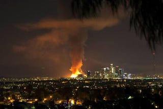 Illustration for article titled Impressive images of massive fire in downtown Los Angeles