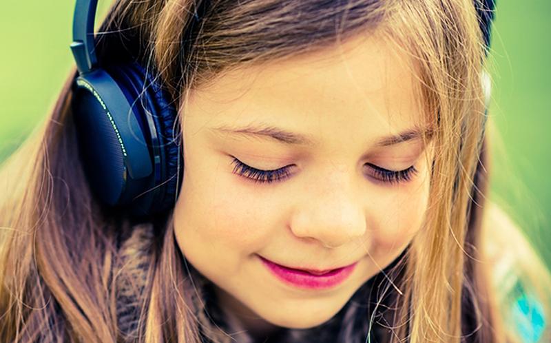 Illustration for article titled Esta es la razón por la que no deberías comprarle auriculares baratos a un niño