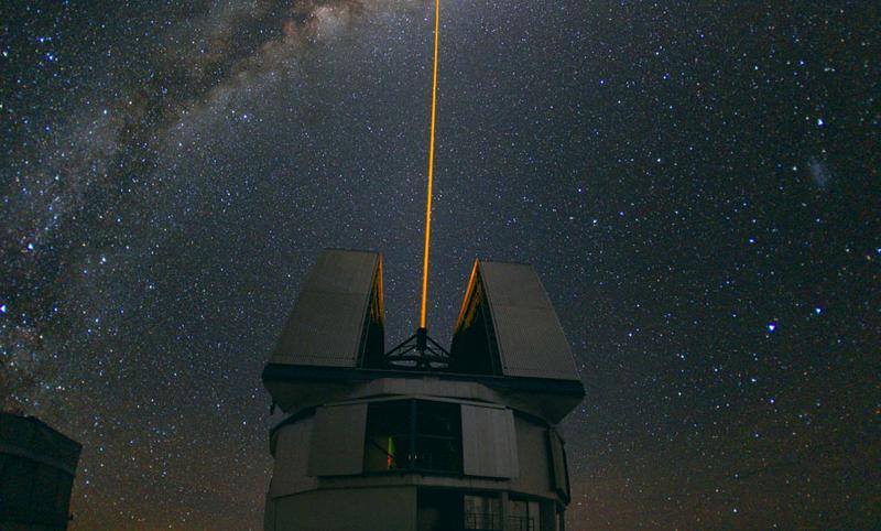 Láser disparado desde el Observatorio Europeo del Sur, en Chile, para medir la distorsión atmosférica. Foto ESO