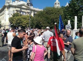 Illustration for article titled Most pedig mutatunk nektek egy csomó politikust a Szabadság térről