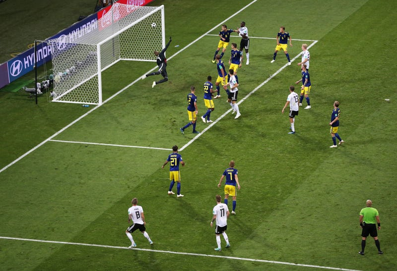 Illustration for article titled Toni Kroos's Last-Second Goal Looks Even More Incredible From This Alternate Angle