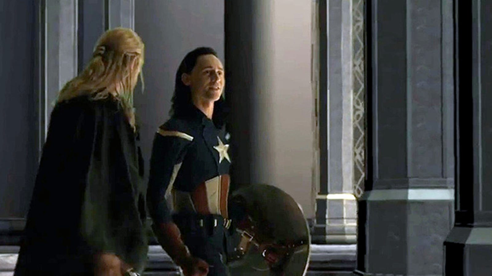 Loki, vestido de Capitán América, en la escena de Thor 2 que no viste