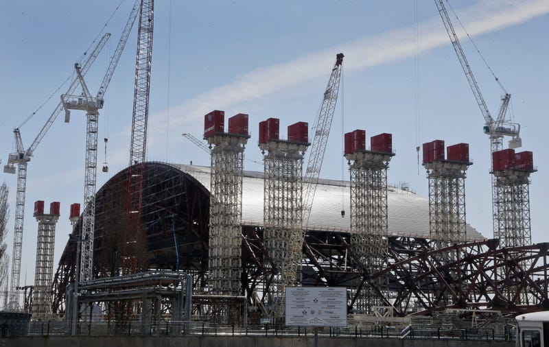 Illustration for article titled This Massive Steel Structure Will Entomb Chernobyl's Reactor 4