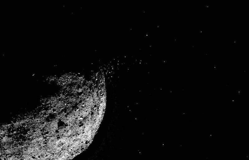 Imagen de Bennu en la que se aprecia la nube de partículas emitida por el asteroide.