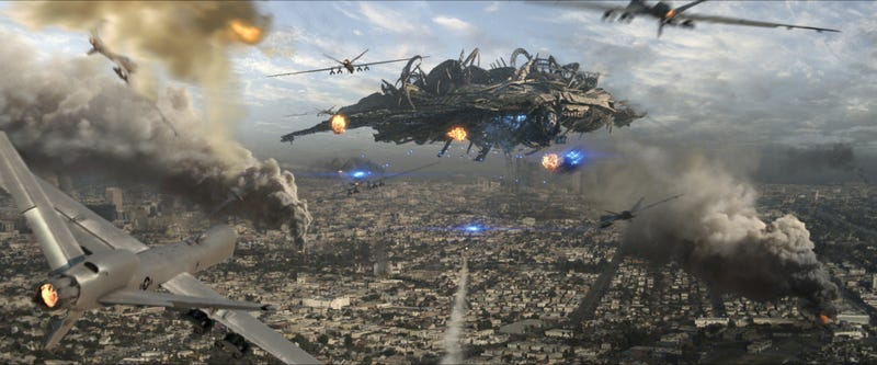 Illustration for article titled Tentacles, death rays and tractor beams: New Skyline trailer is ridiculously awesome