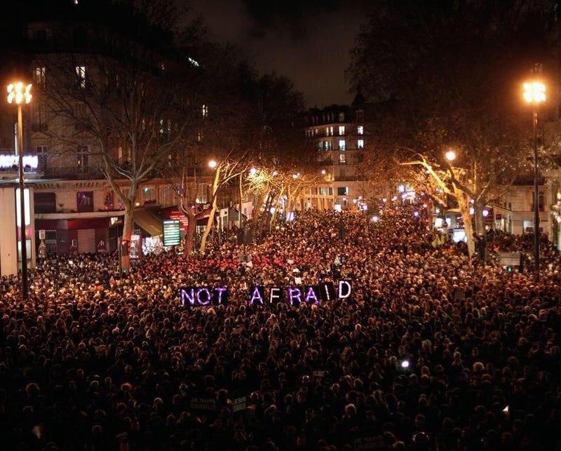 Illustration for article titled Tízezrek emlékeznek a párizsi támadás áldozataira