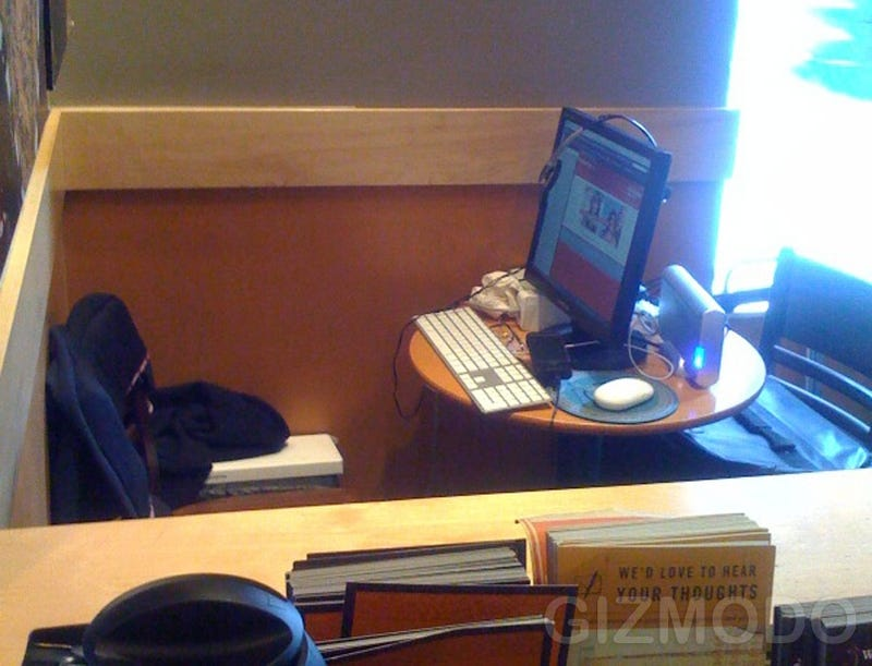 Illustration for article titled Image of the Day: Starbucks Is Not Your Office