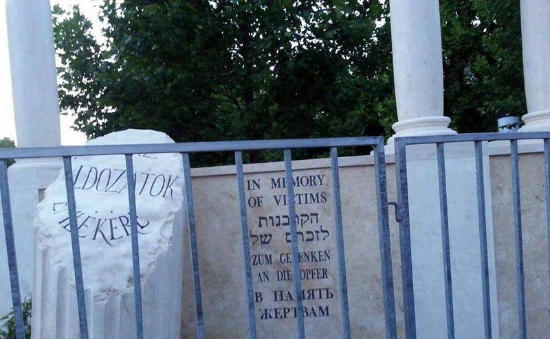 Illustration for article titled Orbitális hibát vétettek a nácimegszállás-emlékmű héber feliratában