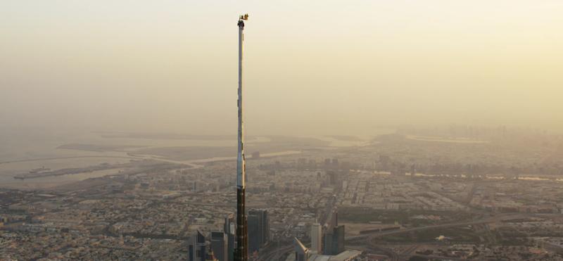 Illustration for article titled Así de brutal es saltar desde la cima del edificio más alto del mundo