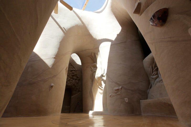 Illustration for article titled Las extrañas catedrales excavadas a mano por un solo hombre