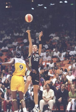 Rebecca Lobo shoots over Lisa Leslie at the inaugural game. (Getty)