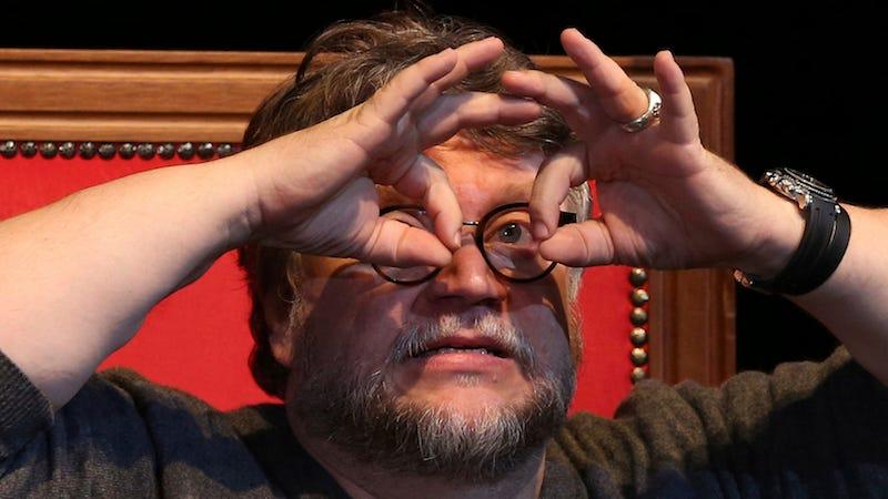 El director Guillermo del Toro se pregunta lo que se ha hecho antes cuando está haciendo una película y procura hacer algo diferente.