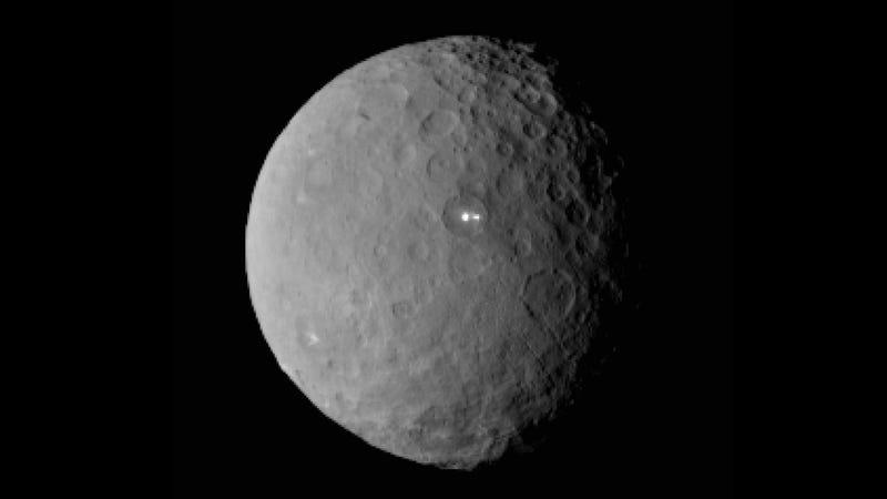 Illustration for article titled 5 posibles explicaciones a los misteriosos puntos brillantes de Ceres