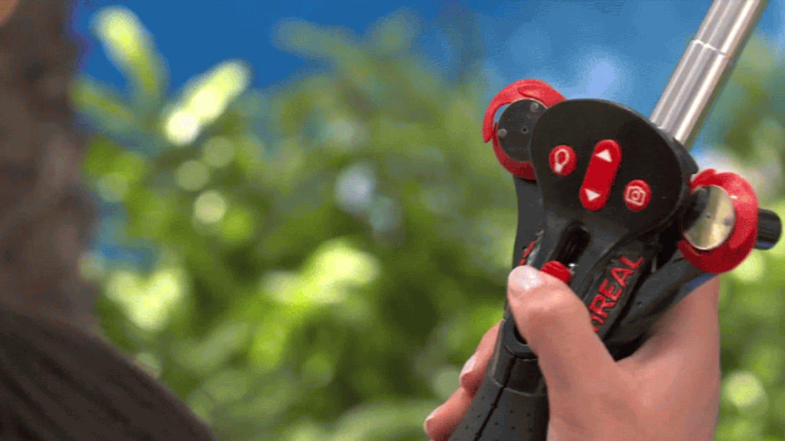 Este palo de selfis con ventiladores es el colmo de la fotografía, pero no lo podrás comprar