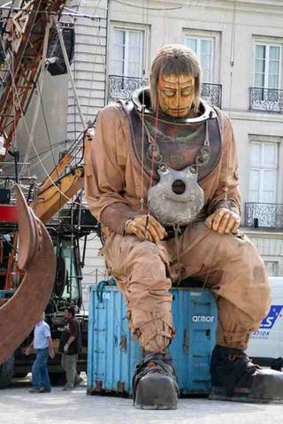 Illustration for article titled Giant Mechanical Jules Verne Diving Puppet Taking a Break In France